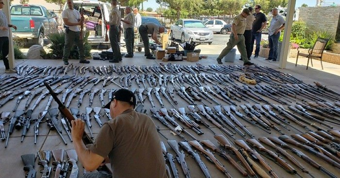 Authorities line up the hundreds of seized firearms. (Photo/Los Angeles County Sheriff's Department)