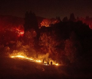 Firefighters work to contain a wildfire burning off Merrill Dr. in Moraga, Calif. (AP Photo/Noah Berger)