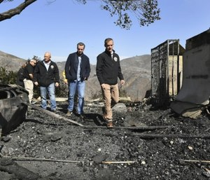 From left, L.A. City Councilman Mike Bonin, California Governor Gavin Newsom and L.A. City Mayor Eric Garcetti tour a burned home along Tigertail Road in Brentwood, Calif. (Wally Skalij/Los Angeles Times via AP)