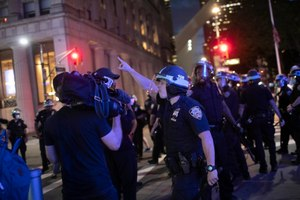 A police officer shouts at Associated Press videojournalist Robert Bumsted, Tuesday, June 2, 2020, in New York. Image: AP Photo/Wong Maye-E