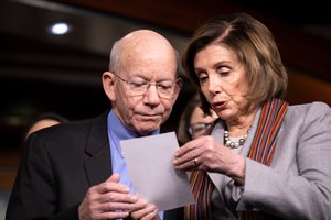 In this Jan. 29, 2020, photo, House Speaker Nancy Pelosi of Calif., right, shows a note to Rep. Peter DeFazio, D-Ore., during a news conference on Capitol Hill in Washington. Image: AP Photo/Jacquelyn Martin