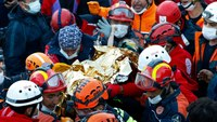 Girl, 3, grips FF's thumb after Turkey earthquake rescue