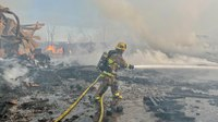 Video: Calif. FF hurt during massive blaze at commercial yard
