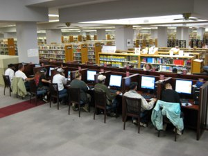Library patrons access public computers at the Fort Worth Library. Image: Informationwave at English Wikipedia/Wikimedia Commons
