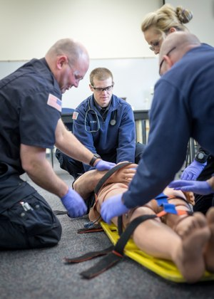 Paramedic students practice their skills on simulation manikins and equipment. Image: Truckee Meadows Community College/Wikimedia Commons
