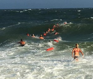 Twenty-five to 30 people formed a human chain to rescue Pete Peterson. (Photo/Troy Perkins, U.S. Coast Guard)