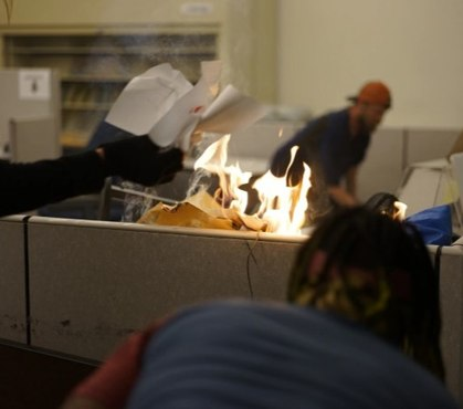 Video: Ore. protesters smash windows, set fire to police headquarters