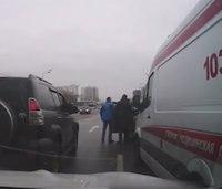 Taxi driver blocks ambulance; other drivers attack him