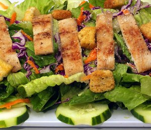 A green salad with a seasoned chicken breast can help power you through a shift. Just keep the dressing in a separate container. (Photo/Pixabay)