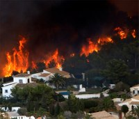 Spanish wildfire forces 1,000 from their homes