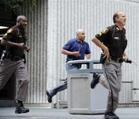 Robbery suspect stabs deputy, flees Detroit court