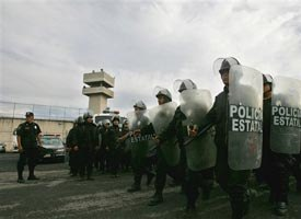 Mexican riot police take position outside Neza Bordo's jail in the outskirts of Mexico City during a riot in 2007. (AP photo)