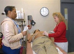Nurse's aid Shannon Gould and Nurse Practioner Denise Burkett listen to inmate Nikisha Robinson's unborn child's heartbeat, Monday, Jan 8, 2007. (AP Photo/Brian Bohannon)