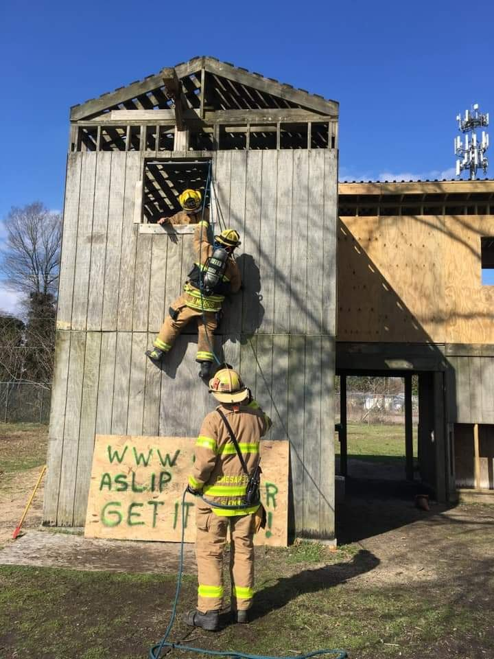 Each member of the crew is being evaluated on proper emergency bailout techniques with the on-duty battalion chief.(Photo/Gregory Sellers)